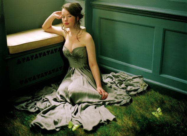 Descripcion: Anna con vestido verde